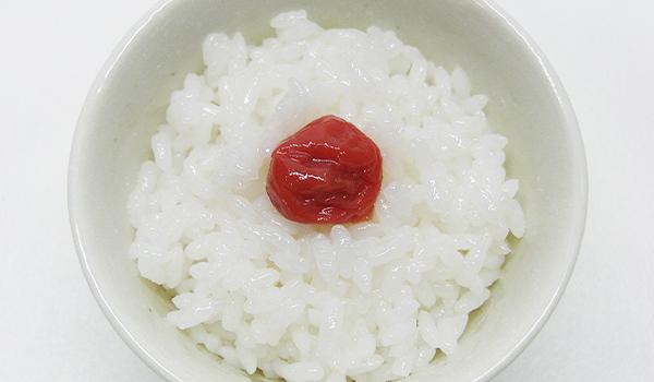 Skål med ris og umeboshi blomme